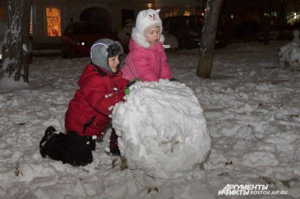 Мы любим зиму за что, что можно лепить снеговиков,..