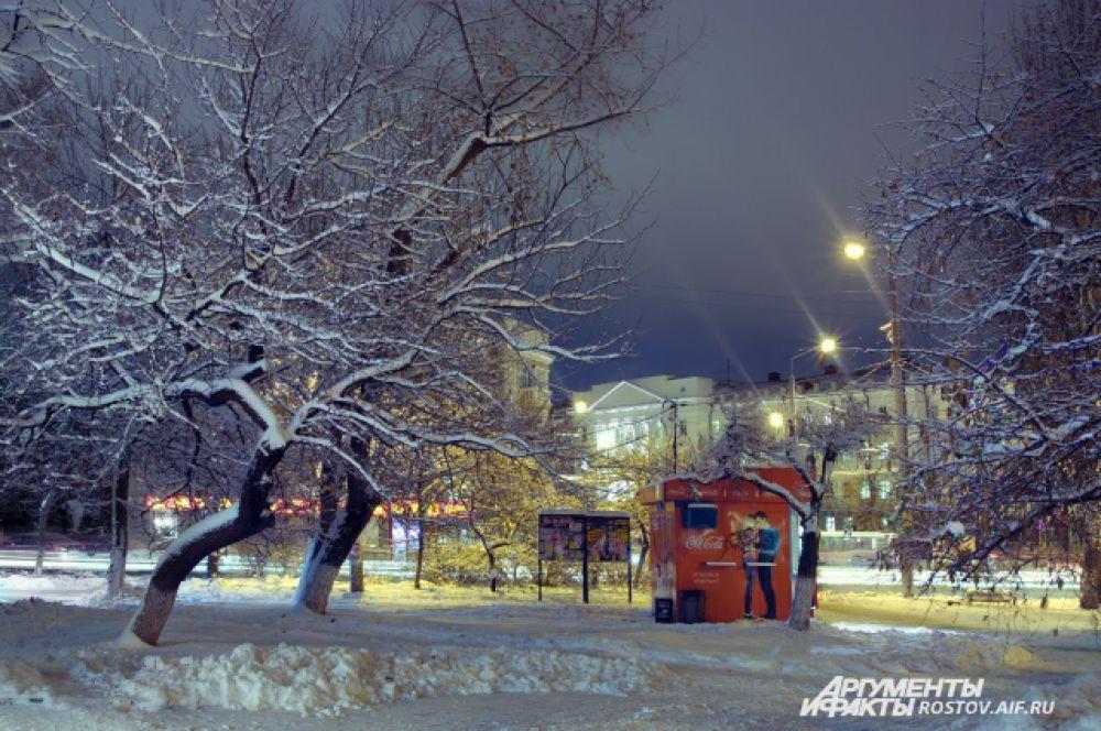 Танцплощадке по снежком снится вальс...