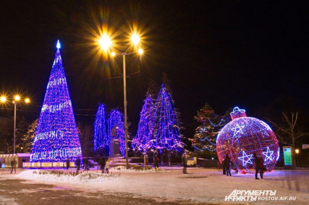 Новогодняя иллюминация украсила улицы донской столицы.