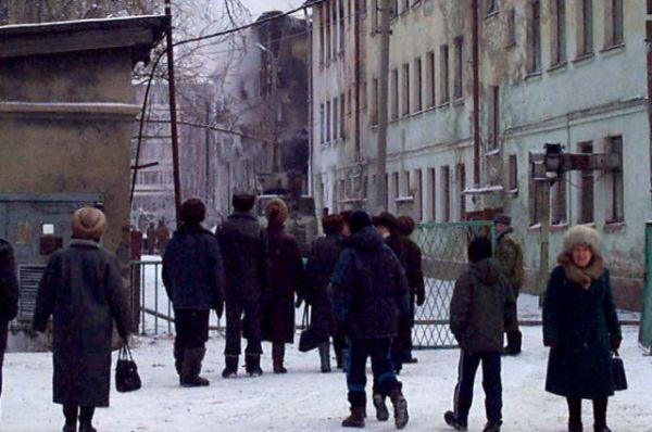 территория была оцеплена, но жители микрорайона не могли оставаться в стороне.