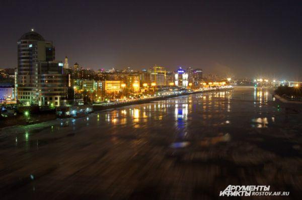 А это зима мчится по застывшей глади Дона вдоль ночной набережной.