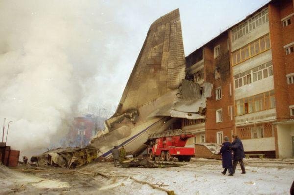 Хвост самолета пришлось оттаскивать от дома кранами.