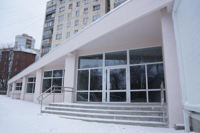 Спустя 5 лет о страшном пожаре мало что напоминает: здание бывшего клуба по ул. Куйбышева, 9, отремонтировали. Возможно, скоро здесь откроют реабилитационный центр.