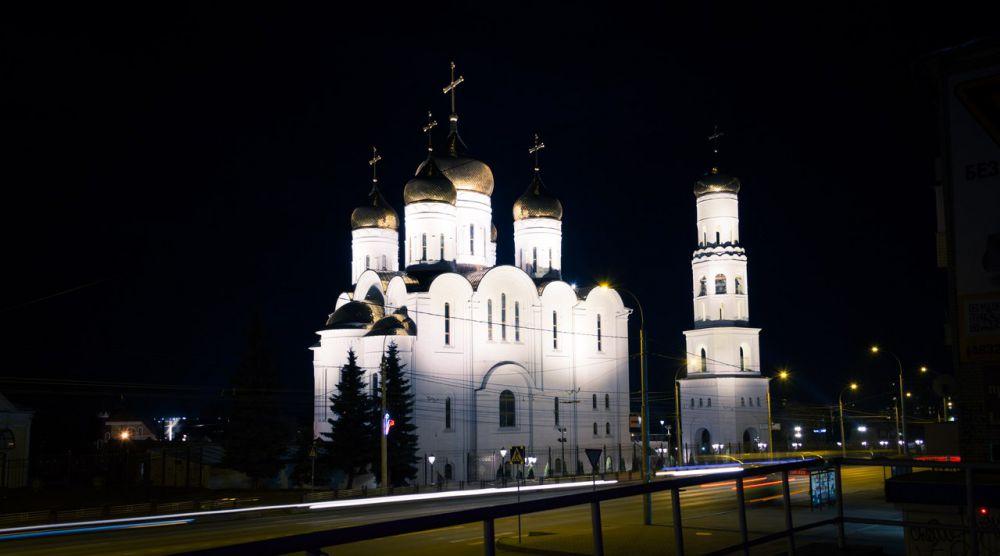 Ночной вид на Кафедральный собор имени Святой Троицы в Брянске.