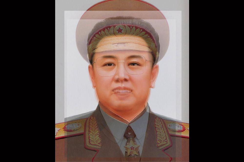 Лидеры КНДР: 1948–2008 годы. Лица руководителей Северной Кореи очень похожи, а потому практически сливаются в одно. Это не удивительно, так как на портрет попали отец и сын — Ким Ир Сен и Ким Чен Ир.