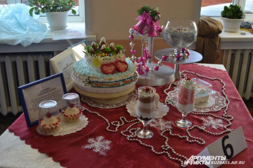 У каждой команды был свой стол, на который они выставляли торт и декорации.