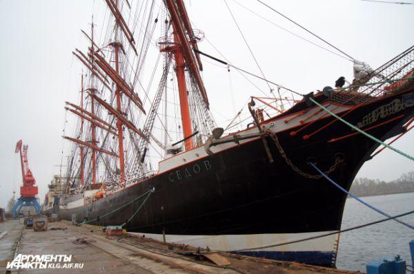 Барк «Седов» из Мурманска, который является крупнейшим в мире учебным парусным судном, также проходит на судоремонтном заводе ежегодное освидетельствование.