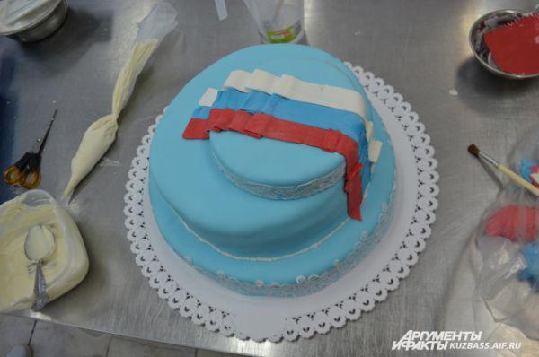 Этот торт в процессе создания.