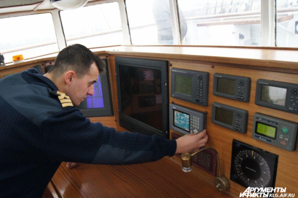 Помимо доковых рабочих, подготовкой судна к осмотру специалистами Морского регистра, занимается и палубная команда.