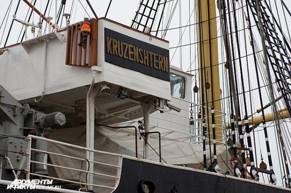 В ходе докования корабелы, согласно плану, занимаются доковыми работами: очищают от грязи и готовят к покраске подводную часть корпуса, ремонтируют гребное и якорное устройство.