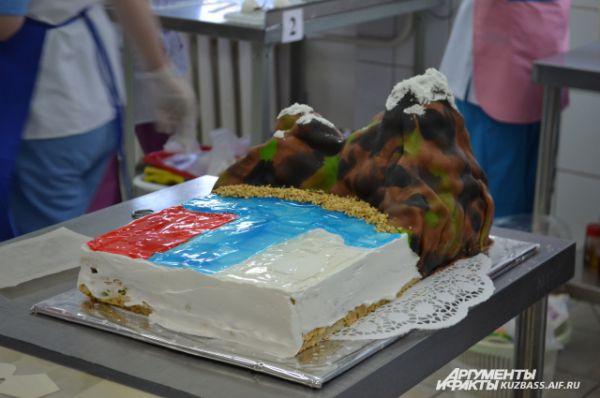 Сначала кондитеры изготовили сам торт.