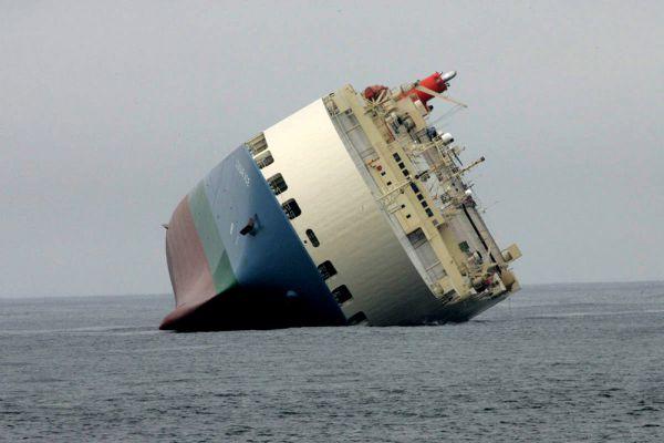 Судно MV Cougar Ace перевозило автомобили из Японии в Ванкувер. Но корабль потерял стабильность и накренился. Груз впоследствии пришлось утилизировать.