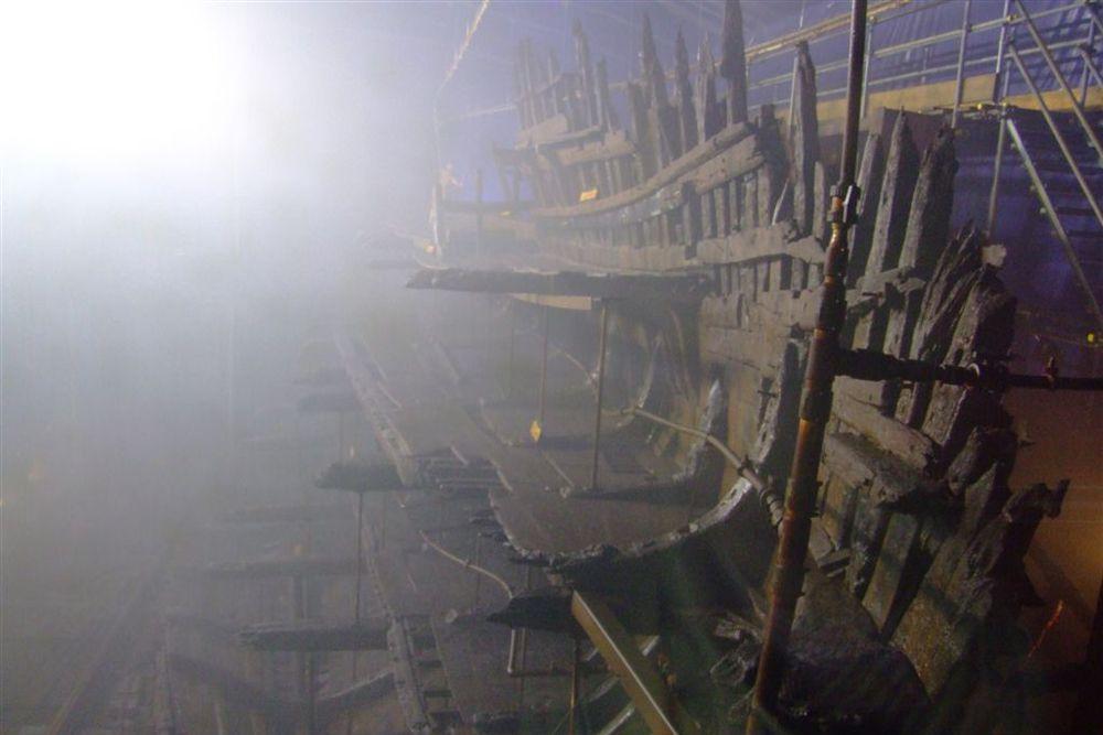 «Мэри Роуз» — английская трёхпалубная каракка, флагман английского военного флота при короле Генрихе VIII Тюдоре. Перегруженная артиллерией каракка, никогда не отличавшаяся остойчивостью, из-за порыва ветра неожиданно стала крениться на правый борт и, заполнившись водой через орудийный порты, затонула вместе с большей частью экипажа и адмиралом Джорджем Кэрью. Спастись удалось только 35 морякам из четырёх сотен.