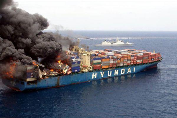 На контейнеровозе Hyundai Fortune произошла серия взрывов в кормовой части судна. По одной из версий, происшествие произошло из-за теракта.