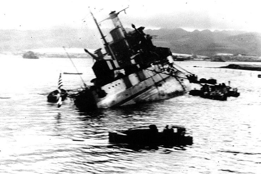 Линейный корабль «Юта». В момент нападения японцев на Пёрл-Харбор судно стояло на бочке F-11 у острова Форд. Из-за установленного на палубе деревянного настила был принят японцами за авианосец. Получил несколько попаданий авиаторпедами, затем был атакован бомбардировщиками. Через 10 минут после начала атаки корабль перевернулся и затонул. В результате погибли 52 матроса и 4 офицера. После войны затопленный USS Utah был объявлен военным захоронением и мемориалом. «Юта», как корабль, погибший в бою, получил одну боевую звезду.