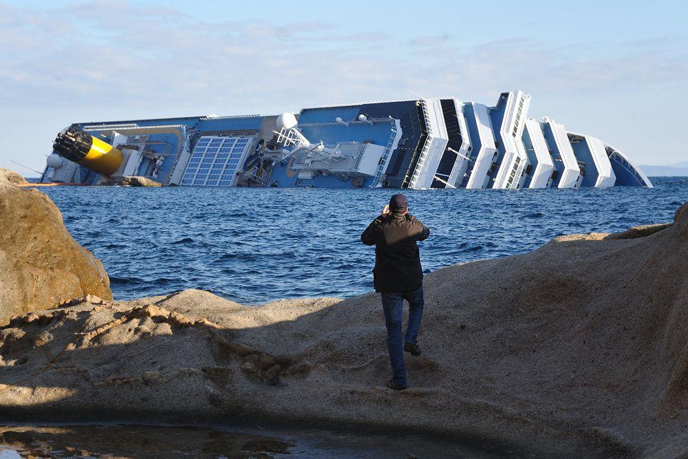 «Коста Конкордия» – ода человеческой глупости. Эта трагедия стоила жизни 34 пассажирам. А все из-за того, что капитан корабля Скеттино пытался совершить зрелищный маневр в порт. Для этого он выключил навигационную систему корабля, которая сообщала, насколько близко судно приблизилось к каменной отмели. Корабль налетел на большой камень, и вода начала заполнять судно, в результате чего оно перевернулось.