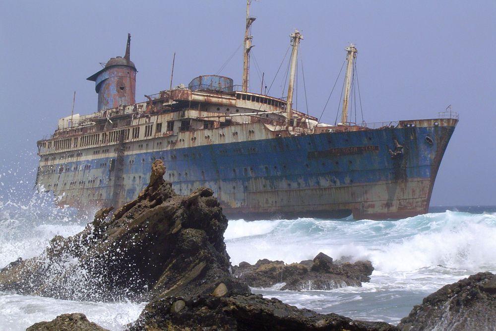 Океанский лайнер American Star. В 1994 году это судно было снято со службы и отправилось в Таиланд для начала новой карьеры в качестве плавучего ресторана. Однако когда его буксировали к западному побережью Африки, разразился сильнейший шторм. Для того, чтобы обезопасить судно-тягач, было решено освободиться от лайнера с тем, чтобы вновь прицепить судно, когда установится хорошая погода. Однако этому не суждено было осуществиться, и лайнер никто не видел, пока он не сел на мель в районе Плайя де Гарсия.