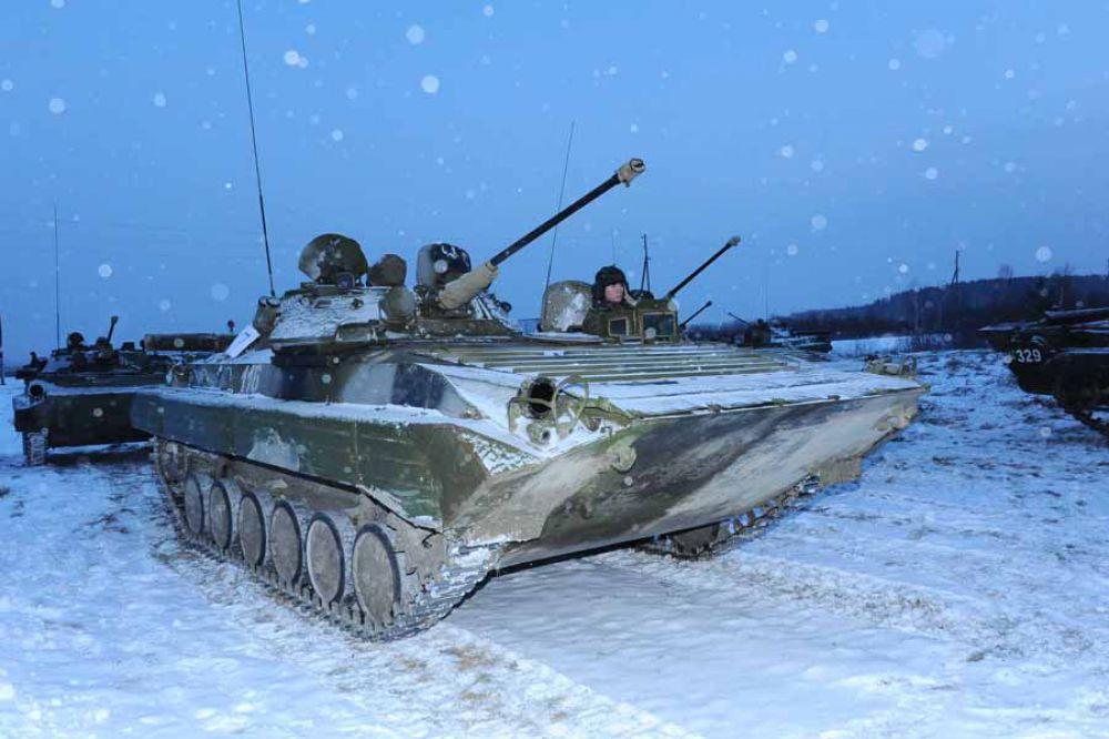 Вождение военной техники входило в программу учебных сборов.