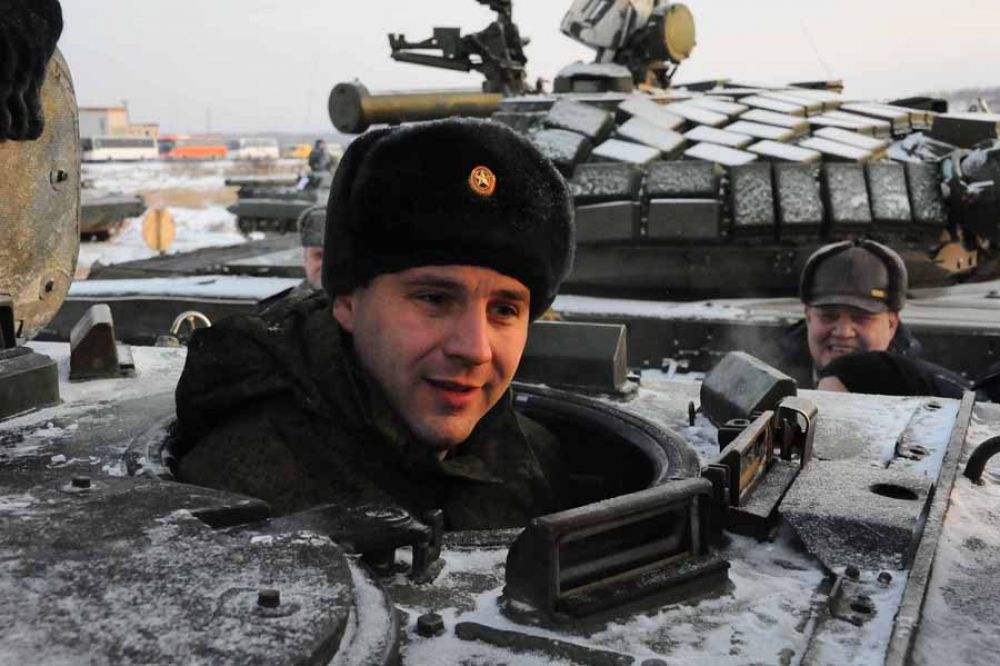 Председатель правительства Свердловской области Денис Паслер занял первое место в соревновании по вождению БМП-2, выполнив все нормативы по скорости и правильности вождения.