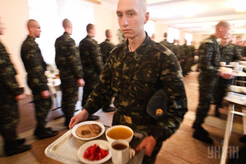 Нормы по питанию военнослужащих не менялись с 2008 года. Согласно Министерству обороны, на каждого солдата в день выделяют 23,22 грн (это в зоне АТО)