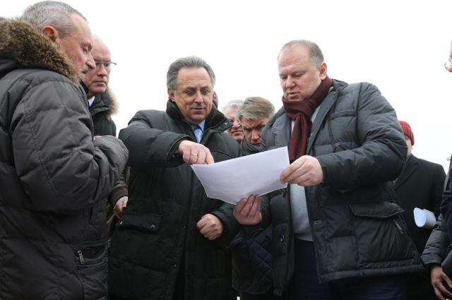 Виталий Мутко и Николай Цуканов выехали на спортплощадку.