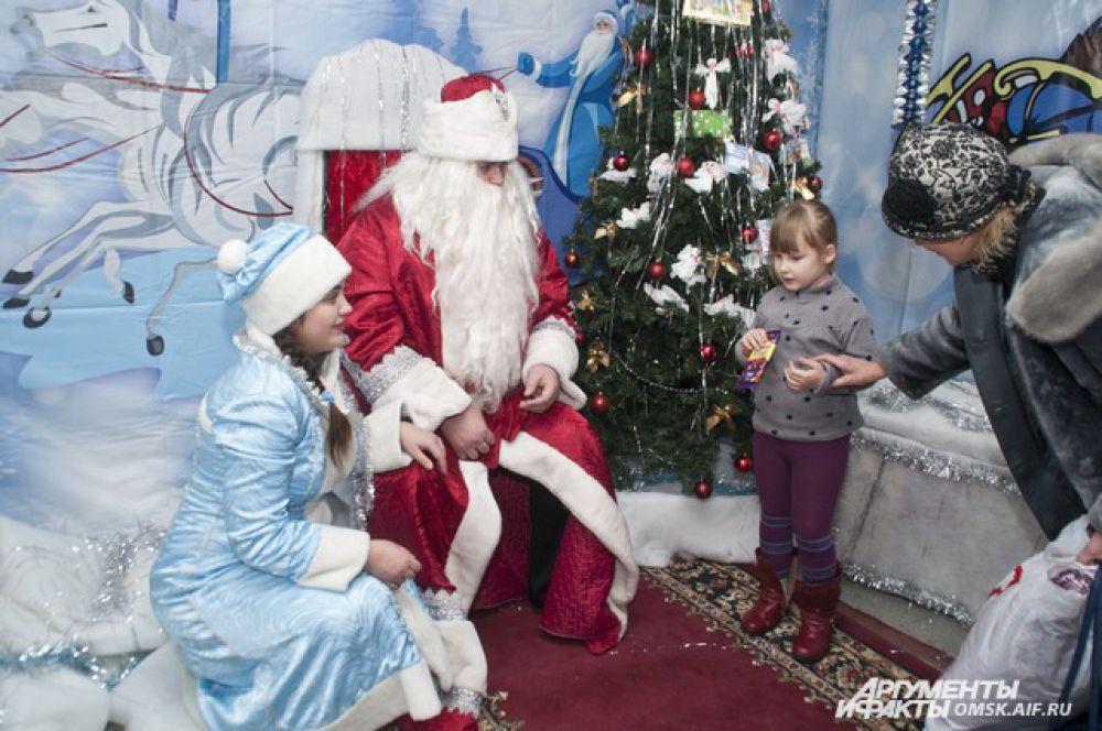 Дед Мороз выслушает пожелание и исполнит его.