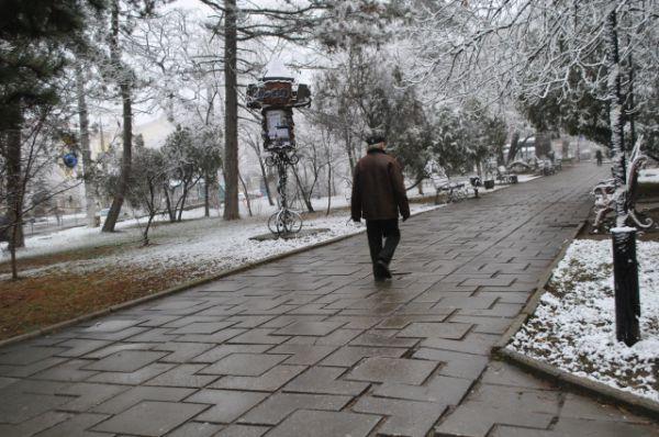 Слегка посеребрило снегом Крым. На тротуарах и дорогах тонкий снежный слой тает, превращаясь в слякоть.