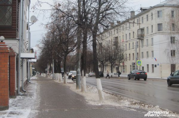 Во Владимире в первую неделю календарной зимы выпал снег. Хоть он и лег приличным слоем на крыши домов и городские улицы, теплая погода способствует медленному таянию, и снег превращается в грязную кашу.
