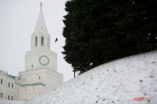 В Казани снег выпал в начале декабря. Как говорят местные жители, довольно поздно. Да и сейчас погода капризничает. Морозы сменились потеплением, отчего снег превращается в кашу.