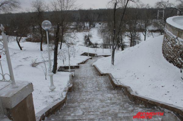 Долго ждали снега в Оренбурге. И дождались только в ночь на 5 декабря. Зато снегопад сразу надежно укутал город белым покрывалом, доставив немало хлопот дворникам и дорожным службам.