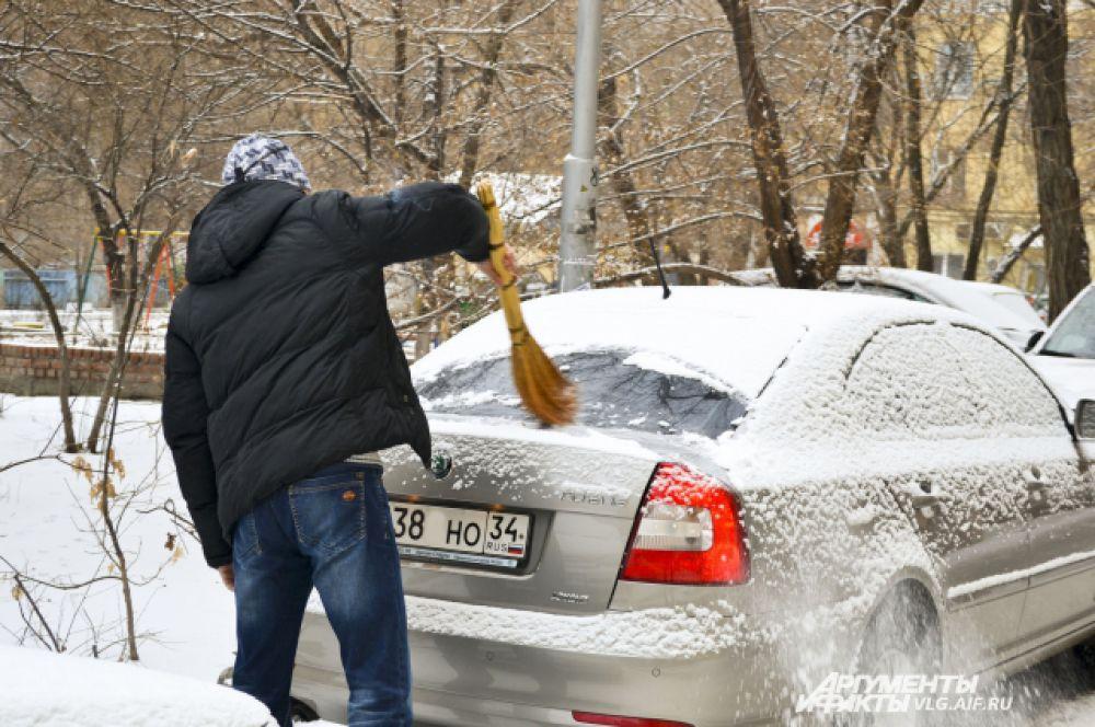 Утро следующего дня для волгоградских автомобилистов началось с очищения машин от снега.