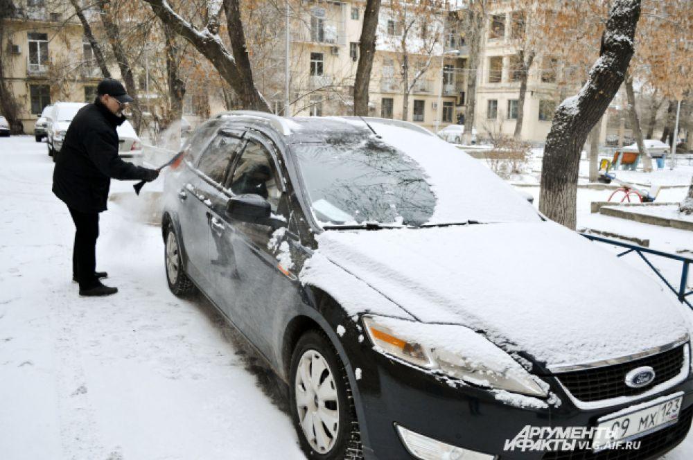 Натренированные вовремя прошлогоднего снежного коллапса, волгоградцы очищали машины от первого снега с энтузиазмом.