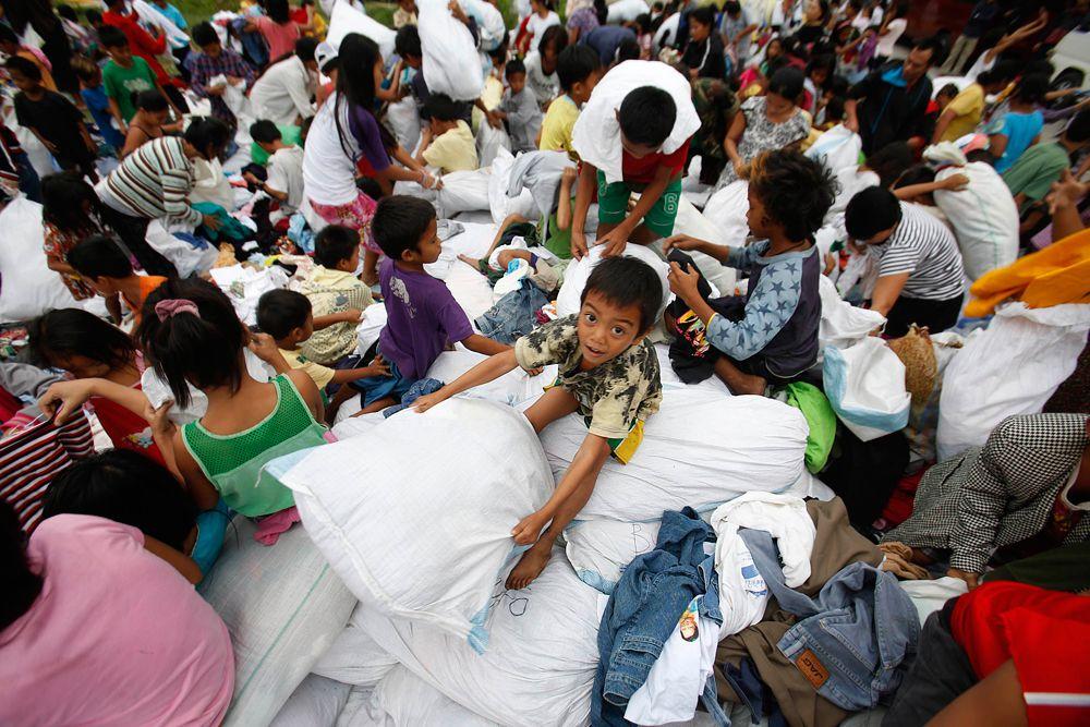Местные власти уже заявили, что гуманитарной помощи для населения не хватает, хотя и делается все возможное. Так, в эвакуационные центры доставляется одежда для детей и продовольствие.