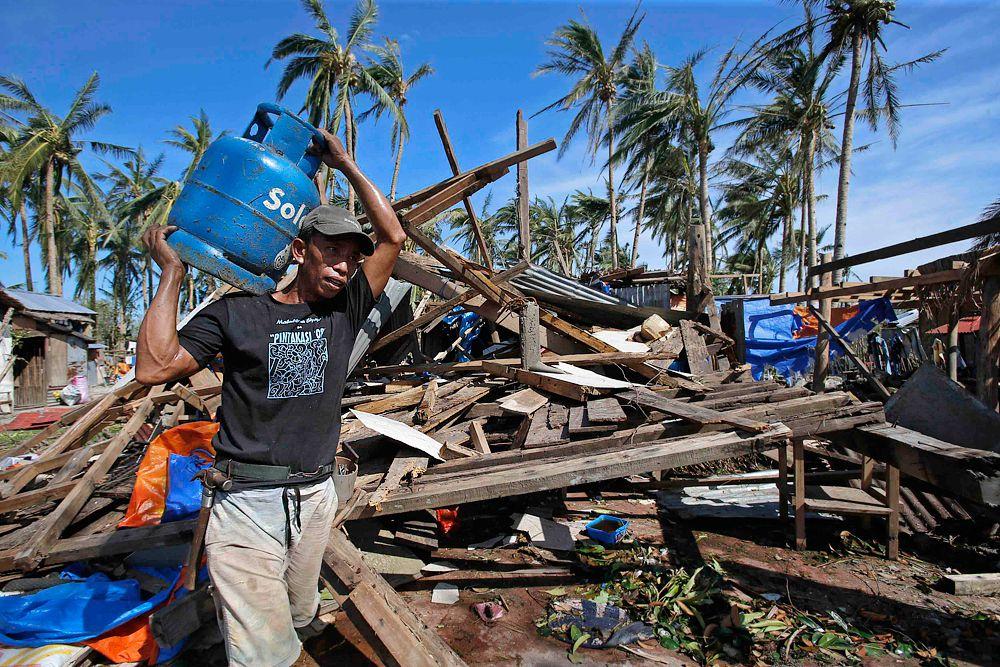 Самым губительным за всю историю Филиппин был прошедший через ее территорию год назад супертайфун «Хайянь». Официально число погибших увеличивается и по сей день и уже превышает 6,3 тысячи человек. Более тысячи человек остаются в списках пропавших без вести. Супертайфун полностью уничтожил или частично повредил 1,1 миллиона домов и лишил крова над головой четыре миллиона человек. Ущерб от удара стихии оценивается в 11 млрд долларов.
