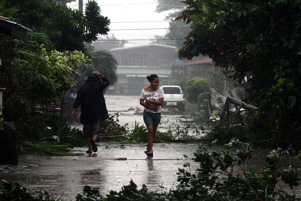 Национальный совет по управлению в чрезвычайных ситуациях (NDRRMC) подтвердил гибель двух филиппинцев от удара тайфуна. От стихийного бедствия пострадали в той или иной мере свыше 900 тысяч человек.