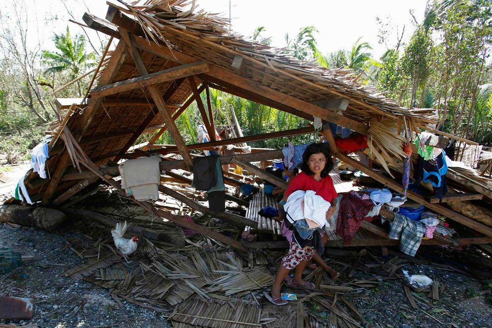Филиппины ежегодно страдают от тропических штормов. По оценкам метеорологов, в этом они уступают только Японии. Каждый год в сезон дождей с июня по декабрь на Филиппины обрушивается около 20 бурь и тайфунов.