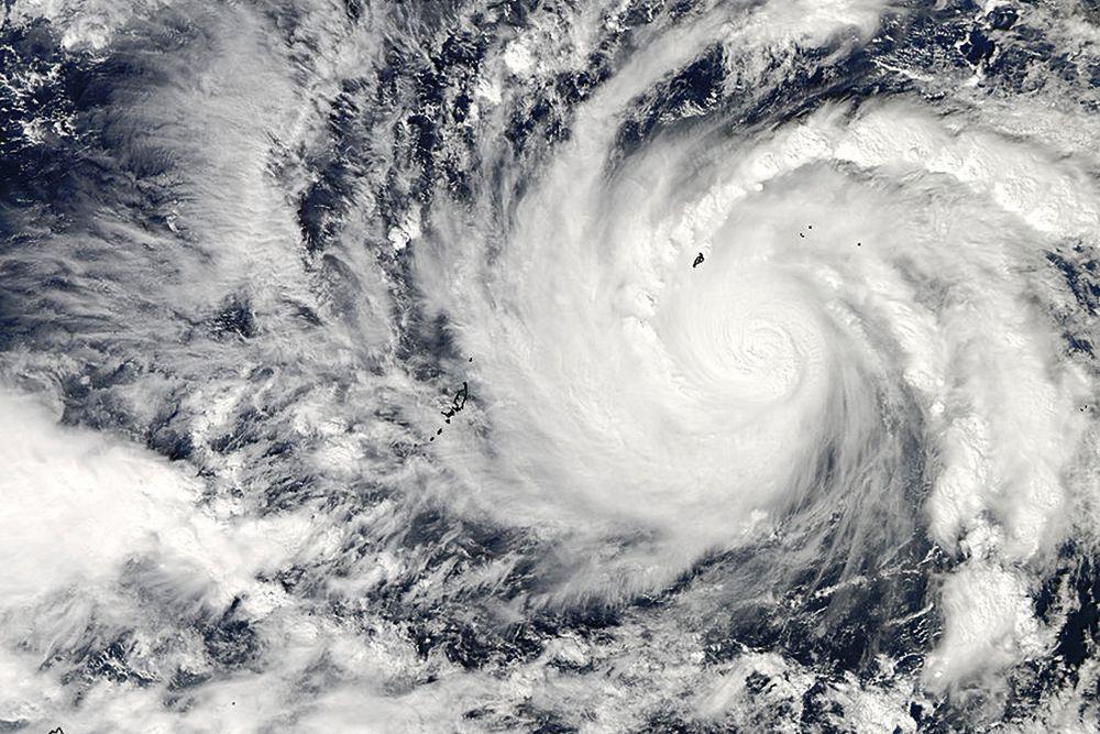 Тайфун «Хагупит», что дословно переводится как «хлыст» достиг берега Филиппин со скоростью ветра около 200 км/ч, что сопоставимо с силой самого разрушительного в истории наблюдений тайфуна «Хайянь». На пути «Хлыста» находились шесть филиппинских островов, под удар стихии попали почти 32 млн человек.