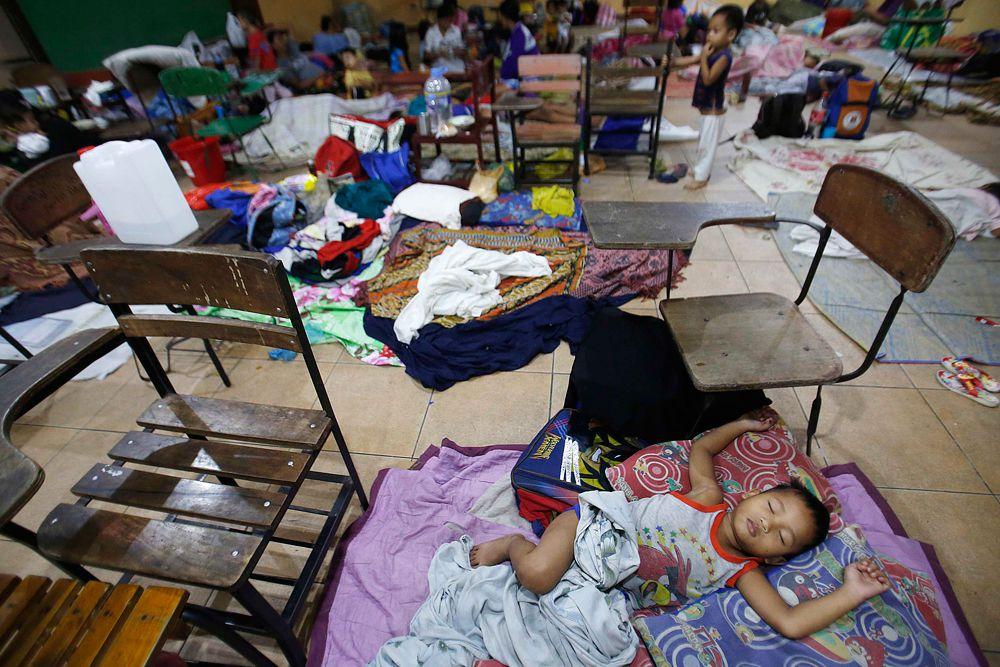 Люди были вынуждены спать прямо на полу в эвакуационных центрах, но уже в понедельник появилась информация, что люди начали возвращаться в свои дома.
