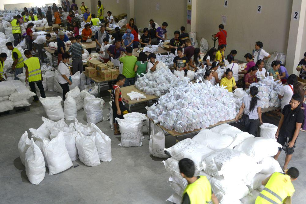 Между тем глава филиппинского Красного Креста Гвендолин Панг сообщил, что были эвакуированы около миллиона местных жителей. В ООН предполагают, что всего «Хагупит» может затронуть более 30 миллионов человек, а в Международной организации по миграции (IOM) говорят о 32 миллионах.