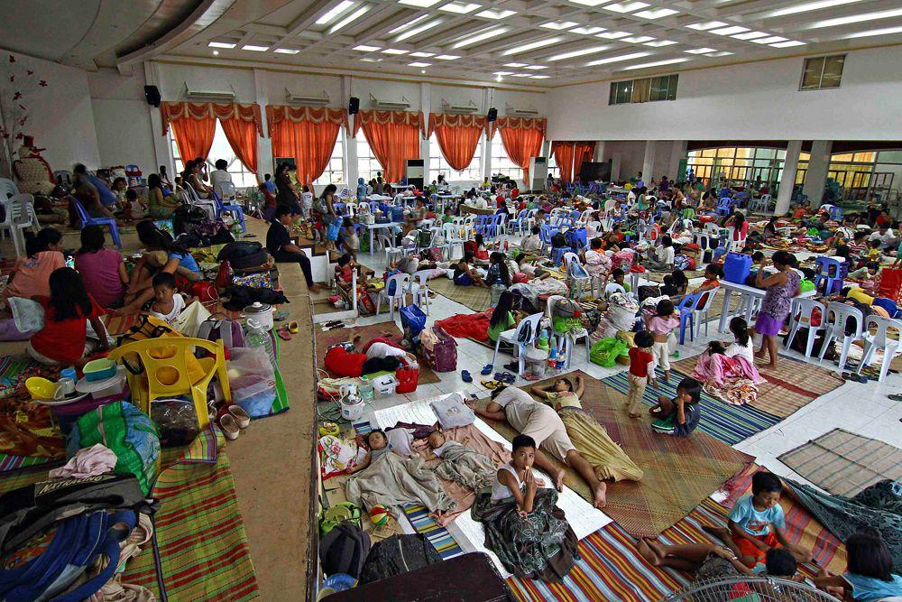 После массовой эвакуации местные власти заявили, что эвакуационные центры переполнены и не хватает средств принять всех людей.