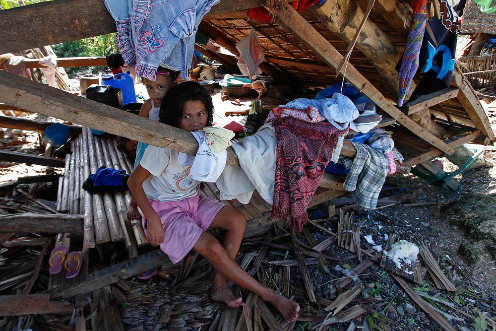 Разрушения от «Кнута» коснулись почти 900 тысяч человек. Это дополнительная нагрузка на экономику страны, которая еще не оправилась от последствий прошлогоднего супертайфуна «Хайянь». И это при том, что гуманитарная помощь со всего мира приходит на Филиппины и по сей день.