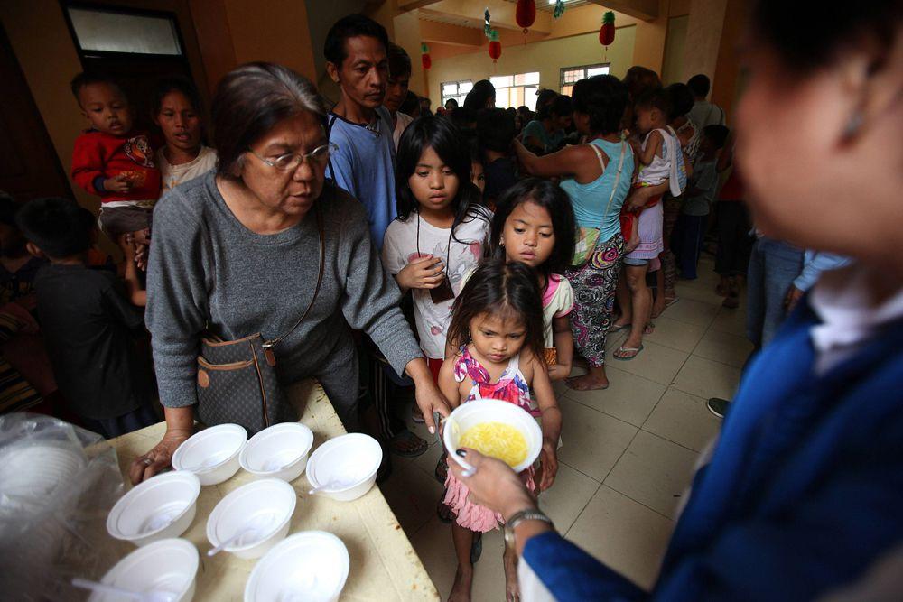 В рамках объявленной властями принудительной эвакуации свои дома покинули почти 900 тысяч жителей центральной части Филиппин.