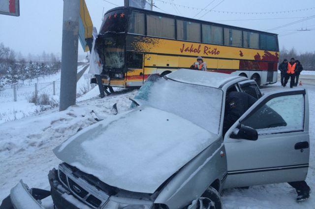 Иномарка и автобус столкнулись на Ленинградском мосту.