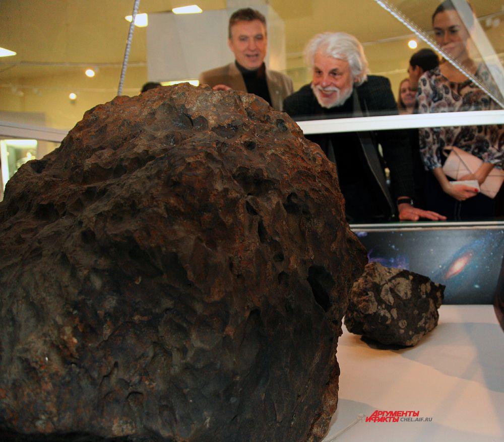 Микеле Плачидо представилась возможность прикоснуться к метеориту