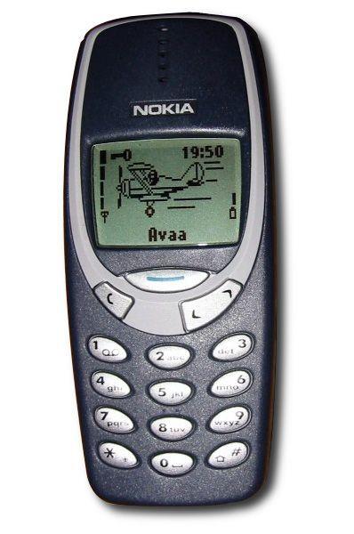 Телефон Nokia 3310 был представлен финским производителем в 2000 году. Эта модель стала одной из самых успешных в истории мобильной связи – было продано свыше 126 миллионов аппаратов. На момент выпуска 3310 был компактным и прочным телефоном, а за счёт закруглённого корпуса телефон удобно лежал в руке. Nokia 3310 по-прежнему популярен в странах третьего мира.