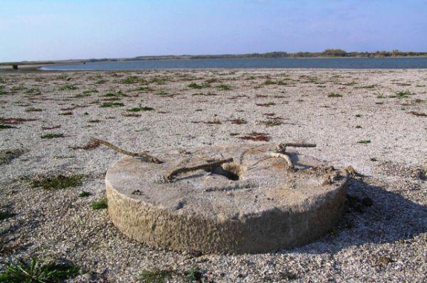 На берегу можно найти мельничные жернова,