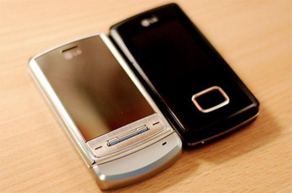 Благодаря слайдеру KG800 Chocolate (справа) в 2006 году «выстрелить» удалось компании LG. Этот телефон предлагал альтернативу «раскладушке» и представлял собой две движущие панели. Дисплей телефона обладал примитивным сенсорным управлением и позиционировался как имиджевый. Параллельно выпускалась более дешевая модель LG Shine (слева).