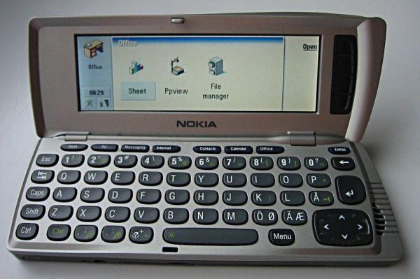 На будущий год Nokia представила своё новое устройство – 9210. Этот телефон относился к классу коммуникаторов – он обладал QWERTY-клавиатурой, скрытой внутри корпуса, где также находился дополнительный дисплей. Это были устройства класса люкс и обладали технологиями, недоступными телефонам среднего класса – цветным дисплеем, разъёмом для карты памяти. Эта модель также обладала встроенным mp3-плеером.