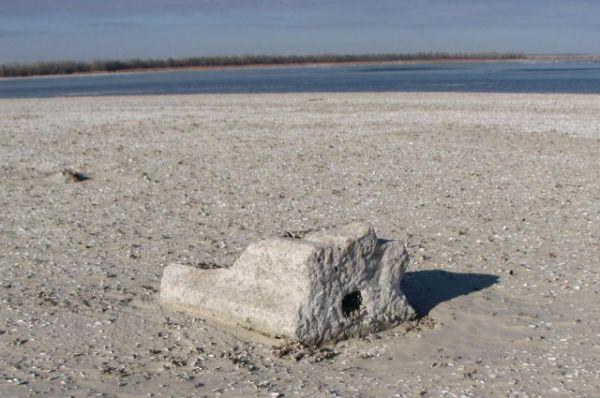 Вымывает их из тех участков берега, где когда-то были погосты.
