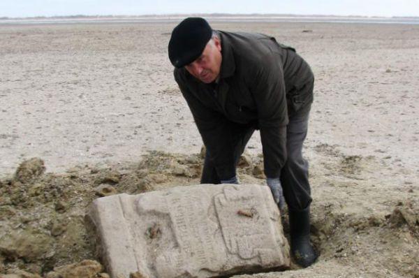 Очередное свидетельство «глумления» моря над сельским кладбищем.